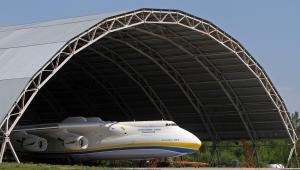 Największy na świecie samolot Antonow An-225 Mriya w hangarze na lotnisku Gostomel w Kijowie