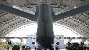Największy na świecie samolot Antonow An-225 Mrija w hangarze na lotnisku Gostomel w okolicach Kijowa. Maszyna ta może przewieźć aż 275 ton ładunku.