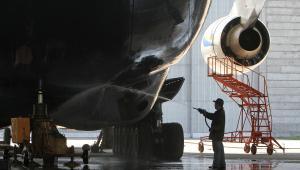 Pracownik lotniska w Gostomel myje kadług największego na świecie samolotu Antonow An-225 Mrija