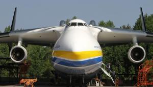 Antonow An-225 Mrija, największy na świecie samolot cargo, na płycie lotniska Gostomel w pobliżu Kijowa