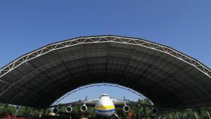Antonow An-225 Mrija, największy na świecie samolot, stoi w specjalnym hangarze na lotnisku Gostomel niedaleko Kijowa