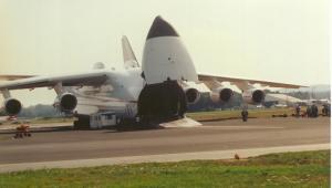 Największy samolot świata Antonov An-225 Mrija podczas załadunku. Fot. pjs2005 (CC BY-SA 2.0)