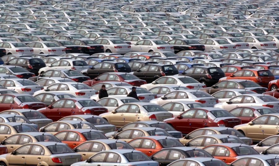 Stare samochody z importu zalewają polskie drogi