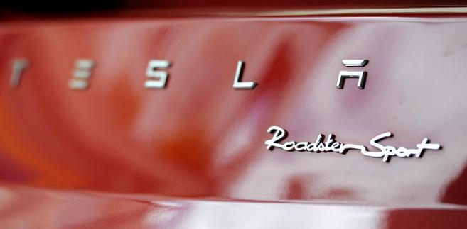 Logo Tesli na wersji Model X, prezentowanej w salonie Tesla Motors w San Jose w Kalifornii. Fot. David Paul Morris/Bloomberg