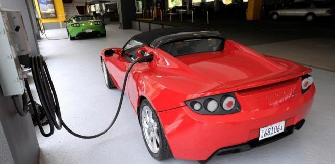 Model X Tesli jest ładowany w salonie Tesla Motors w San Jose w Kalifornii. Tesla Motors planuje sprzedaż Modelu X, sportowego samochodu zasilanego energią elektryczną, już w 2013 roku. Fot. David Paul Morris/Bloomberg