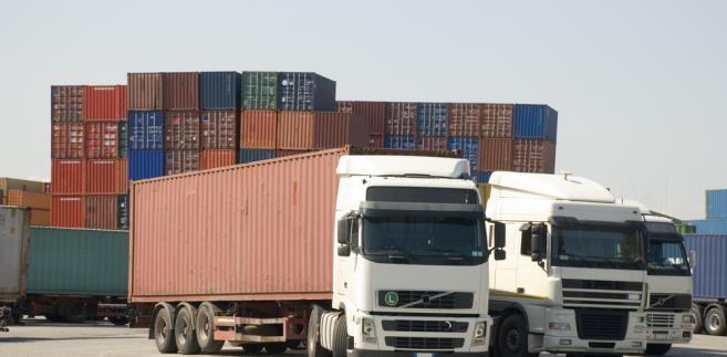ciężarówka w porcie, rozładunek, kontenery