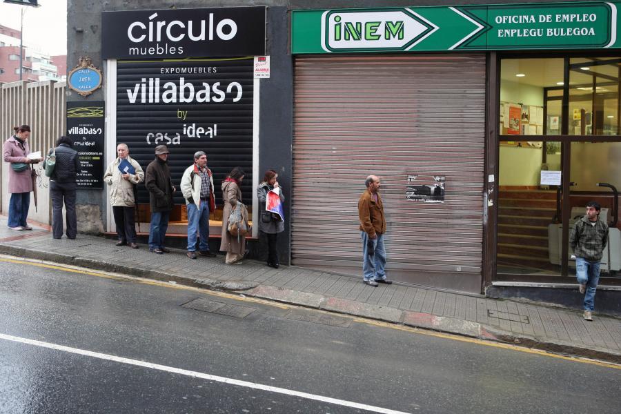 Bezrobotni przed biurem zatrudnienia. Fot. Bloomberg