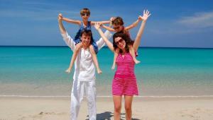 Obecnie ponad 40 proc. turystów wyjeżdżających z biurami podróży to rodziny z dziećmi. Fot. Shutterstock