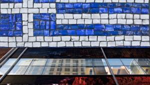 Flaga Grecji i logo upadłego banku Lehman Brothers, źródło: Shutterstock, Bloomberg