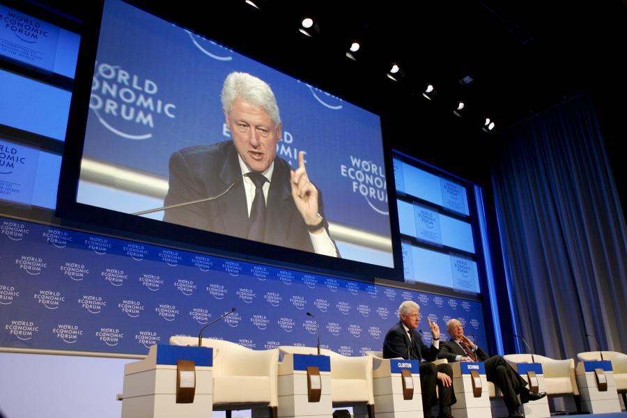 Bill Clinton, były prezydent USA, na telebimie