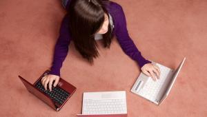Dziewczyna i laptopy, fot. dgmata