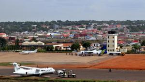 Samolot ONZ na płycie lotniska w stolicy Dżubie. Fot. Frontpage/Shutterstock.com