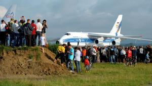 Jasionka (woj. podkarpackie), 25.07.2011. Drugi co do wielkości samolot transportowy na świecie An-124 Rusłan ląduje na lotnisku w Jasionce, 25 bm. Transportowca zamówiła jedna z firm z Doliny Lotniczej (3). Fot. (dd/cat) PAP/Darek Delmanowicz