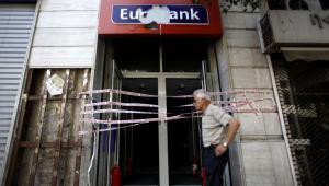 Zniszczona placówka greckiego banku EFG Eurobank Ergasias na placu Syntagma w Atenach.