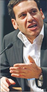 Zdaniem Hamida Akhavana, prezesa T-Mobile, kryzys dotknie operatorów komórkowych mniej niż inne branże Fot. Bloomberg