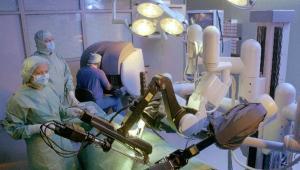 Intuitive Surgical Inc. to firma specjalizująca się w projektowaniu, produkcji i sprzedaży wyspecjalizowanego sprzętu medycznego. Według magazynu Forbesa jest trzecia na liście najbardziej innowacyjnych przedsiębiorstw. Na zdjęciu zespół lekarzy przeprowadza operację z użyciem systemu chirurgiczne da Vinci, który umożliwia zabieg na sercu bez rozcinania klatki piersiowej pacjenta.