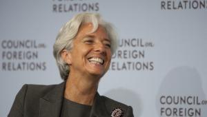 <b>Francuzka Christine Lagarde, 58 lat, dyrektor zarządzający Międzynarodowego Funduszu Walutowego</b> <br> <br> Była francuska minister gospodarki Christine Lagarde została w 2011 roku wybrana na nowego dyrektora zarządzającego Międzynarodowego Funduszu Walutowego. Zastąpiła poprzedniego szefa MFW Dominiquea Strauss-Kahna. Jest pierwszą kobietą na tym stanowisku. <br> <br> Urodzona w Paryżu w 1956 roku Lagarde specjalizuje się w prawie pracy i fuzjach oraz przejęciach. Na początku lat 80. rozpoczęła współpracę z amerykańską kancelarią prawną Baker&McKanzie, gdzie w ciągu 25 lat przeszła wszystkie szczeble kariery. W 1999 roku jako pierwsza kobieta stanęła na czele rady zarządzającej firmy. <br> <br> W 2005 roku weszła do rządu Dominiquea de Villepina, w którym odpowiadała za handel zagraniczny. Następnie, po objęciu prezydentury przez Nicolasa Sarkozyego, na miesiąc objęła tekę ministra rolnictwa i rybołówstwa, po czym w czerwcu 2007 roku stanęła na czele resortu gospodarki, finansów i przemysłu. Stała się w ten sposób pierwszą kobietą na stanowisku ministra finansów nie tylko we Francji, ale także w krajach G8.