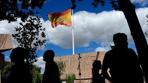 Flaga Hiszpanii na placu Kolumba (Colón) w Madrycie.