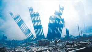 Atak Al-Kaidy na nowojorskie wieże WTC uruchomił mechanizm pozbawionego kontroli wydawania pieniędzy w imię bezpieczeństwa. A skoro tak łatwo poszło w tym wypadku, można się było zadłużać i na inne cele Fot. EPA/PAP