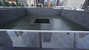 Sadzawka w miejscu fundamentów jednej ze zburzonych wież WTC, fot. Paul Goguen/Bloomberg