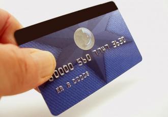 Karta płatnicza w samolocie musi być