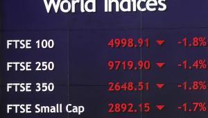 Tablica z wynikami indeksów na giełdzie w Londynie, fot. Simon Dawson/Bloomberg