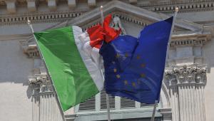 Flagi Włoch i Unii Europejskiej, fot. Victor Sokolowicz/Bloomberg