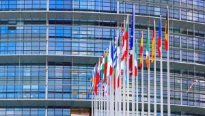 Pęka powłoka UE, w której schroniliśmy się przed sześcioma laty. Spory wokół ratowania euro są surogatami problemu, czym w ogóle ma być Unia. Kłopot w tym, że sami nie wiemy. Fot. Shutterstock
