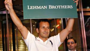 Bankructwo Lehman Brothers, wrzesień 2008 r.: Mohammed Grimeh, pracownik Lehmana, trzyma logo banku opuszczając siedzibę firmy.