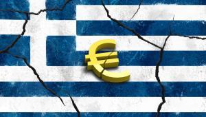 Symbol Unii Europejskiej na tle rozpadającej się flagi Grecji