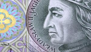 Zbliżenie na polski banknot stuzłotowy, na którym widnieje podobizna króla Władysława Jagiełły.