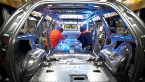 Coraz wyraźniej rozchodzi się trend rosnącej produkcji przemysłu samochodowego w regionie Europy Centralnej i spadającej sprzedaży aut w Europie Zachodniej.
