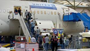 Prace przy montazu samolotu 787 Dreamliner w zakładach Boeinga w Everett w stanie Waszyngton