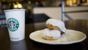 Niskokaloryczna, waniliowa kawa latte i minipączki firmy Starbucks