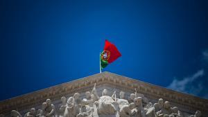 Flaga Portugalii na budynku Parlamentu w stolicy kraju Lizbonie
