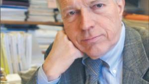 BIO: Edmund Phelps od kilku dekad jest w ścisłym gronie najważniejszych postaci współczesnej ekonomii. Trudno jednoznacznie wpisać go do którejkolwiek ze szkół nowoczesnego myślenia o gospodarce. Zaczynał na pozycjach ekonomii klasycznej z jej niewzruszoną wiarą w skuteczność niewidzialnej ręki rynku. Już w latach 60. opracował powszechnie cytowaną złotą regułę akumulacji kapitału, czyli narzędzie pozwalające określić stopę oszczędności maksymalizującą wielkość konsumpcji w gospodarce. W miarę rozwoju kariery Phelps odchodził stopniowo od ekonomii wolnorynkowej i już w latach 70. i 80. jako jeden z pierwszych prominentnych ekonomistów podawał w wątpliwość założenie o racjonalnym działaniu rynków finansowych. W 2001 roku razem ze swoim byłym studentem Romanem Frydmanem założył na Uniwersytecie Columbia Centrum Badań nad Kapitalizmem i Społeczeństwem, które stało się głównym ośrodkiem analizy ekonomicznych alternatyw dla klasycznego liberalizmu. Choć ukształtował całe pokolenia współczesnych ekonomistów, przez wiele lat pozostawał wielkim nieobecnym na liście laureatów ekonomicznego Nobla. Nagrodę tę dostał dopiero w 2006 roku, w wieku 73 lat. Fot. Bloomberg