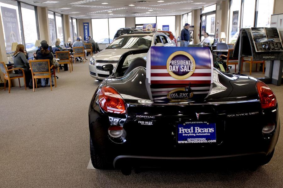 Produkowany przez General Motors Pontiac Solstice w salonie dilera, fot. Bloomberg