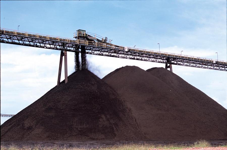 Hałdy węgla, fot. Bloomberg