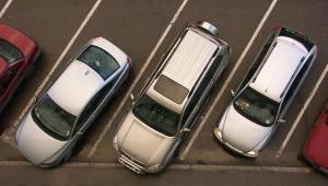 Dzienna stawka, jaką kierowcy płacą za parkowanie auta na komercyjnych parkingach w centrum Warszawy, wynosi 10,5 dol.