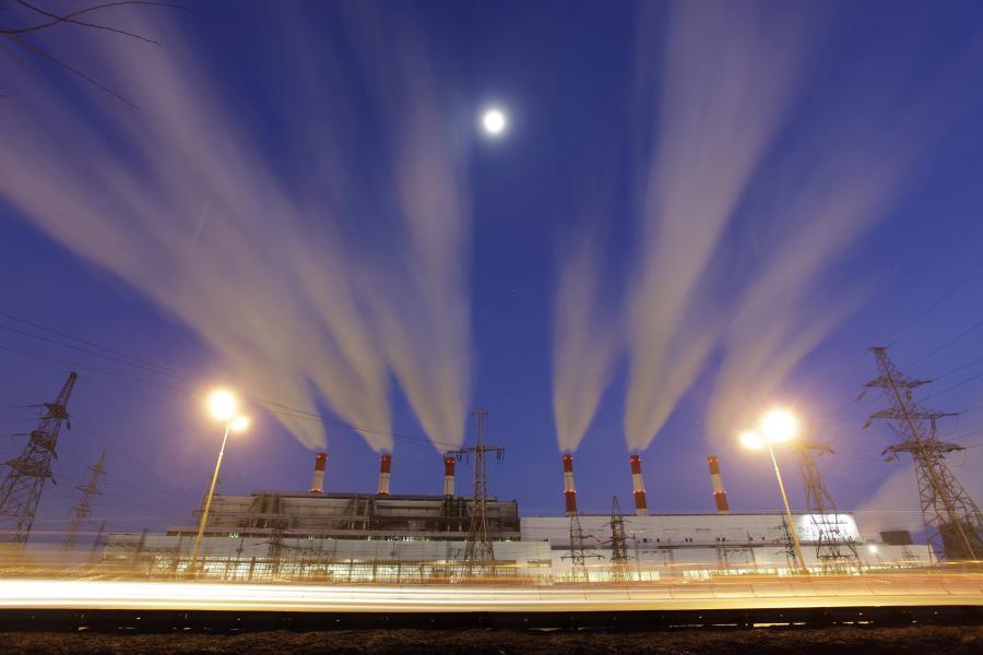 Propozycje unijnych przepisów, dotyczących emisji dwutlenku węgla, zagrażają największym firmom w Polsce, bo spowodują wzrost wydatków w zakładach papierniczych, chemicznych, cementowniach i utratę konkurencyjności już za 3 lata, alarmuje Rzeczpospolita. Fot. Bloomberg