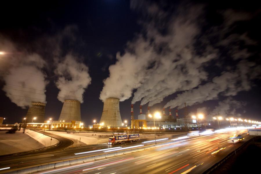 Ograniczenie emisji CO2 w Unii Europejskiej o 20 proc. do 2020 roku to ambitny cel, który będzie wymagał inwestycji setek miliardów euro - ocenił w środę w Warszawie były wiceprzewodniczący Komisji Europejskiej Guenter Verheugen. Fot. Bloomberg