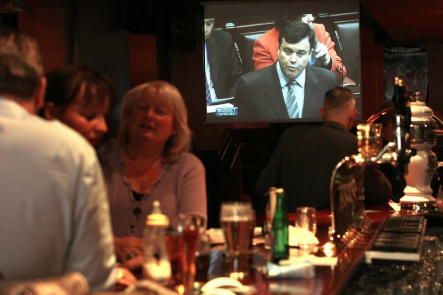 Klienci w irlandzkim pubie oglądali w telewizji wystąpienie ministra Briana Lenihana, zapowiadajacego działania antykryzysowe. Fot. Bloomberg .