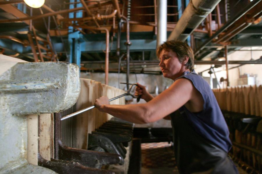 Ukrainka pracująca w fabryce, fot. Bloomberg