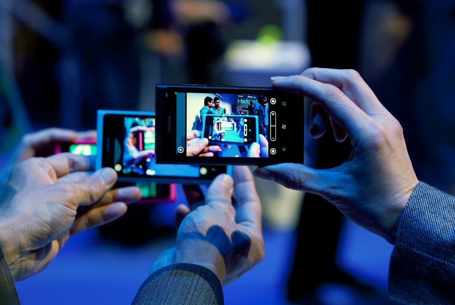 Prezentacja smartfonu Nokia Lumia 800 z systemem Windows Phone