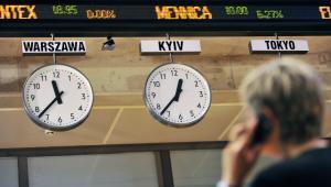 Makler rozmawia przez telefon w budynku Giełdy Papierów Wartościowych w Warszawie, 10 listopada 2011Fot:Bloomberg
