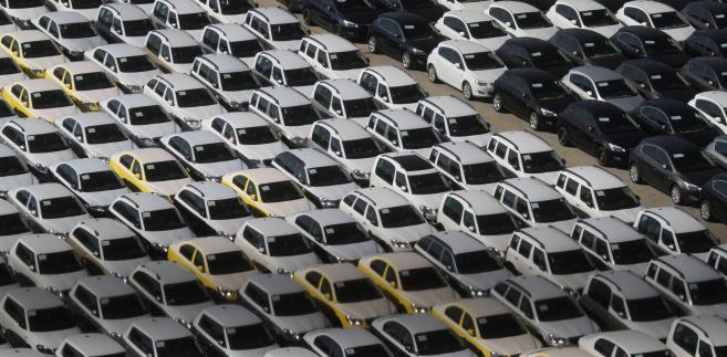 Importowane samochodu zaparkowane w greckim mieście portowym Pireusie.