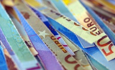 Nawet mimo skomplikowanej sytuacji strefy euro przyjęcie wspólnej waluty na Słowacji było słuszne. Zmusiło nas do konsolidacji finansów publicznych i podjęcia trudnych reform, ale m.in. właśnie dzięki nim nasz sektor bankowy jest zdrowy - mówi w wywiadzie dla DGP Mikulas Dzurinda, minister spraw zagranicznych Słowacji. Fot. Shutterstock