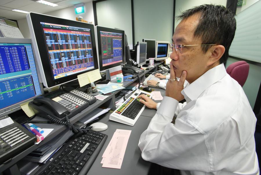 Makler na giełdzie w Hongkongu, fot. Bloomberg