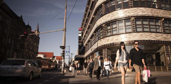 Przechodnie na jednej z głównych ulic handlowych Wrocławia, stolicy Dolnego Śląska.