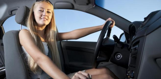Kobieta za kierownicą samochodu fot. shutterstock.com